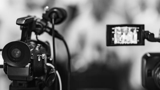 Zwei Kameras beim Filmen, der Hintergrund ist stark unscharf