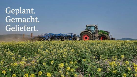 Traktor beim Grubbern