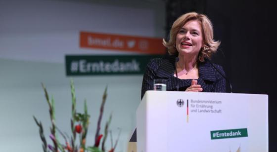 Bundesministerin Julia Klöckner sprichtin Berlin  beim Politischen Erntedank des Bundesministeriums für Ernährung und Landwirtschaft. Im Anschluss verlieh sie die Professor-Niklas-Medaille.