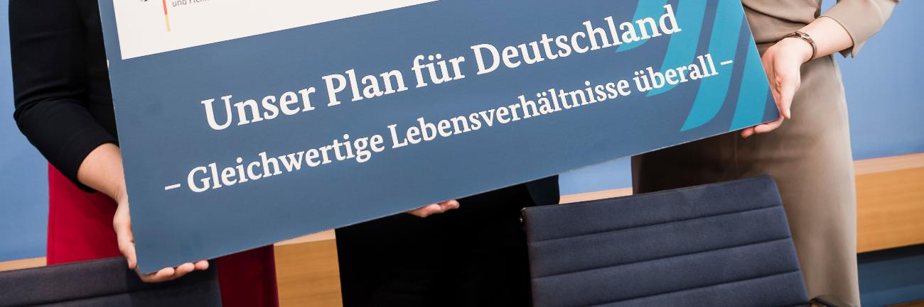 Poster with the inscription: Unser Plan für Deutschland - Gleichwertige Lebensverhältnisse überall (Our plan for Germany - equivalent living conditions everywhere)