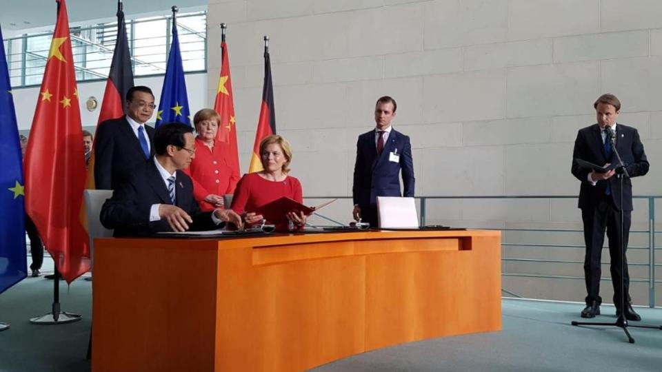 Federal Minister Julia Klöckner and the Chinese Minister of Agriculture Han Changfu sign declaration of intent