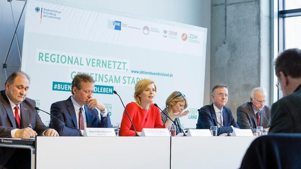 Top representatives of the action alliance with Federal Minister Klöckner at a press conference table